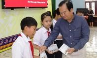 Trao 100 suất học bổng cho học sinh nghèo Bình Định
