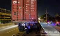 Tông đuôi container đậu trên đường, một người tử vong