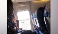 Clip người phụ nữ mở cửa thoát hiểm máy bay vì... thấy ngột ngạt