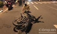 Taxi hất văng xe máy ở Sài Gòn, một người nguy kịch
