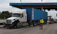 Xe container tông sập cabin thu phí cao tốc TP.HCM - Trung Lương