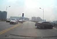 Tài xế quay đầu xe trên cầu Vĩnh Tuy, gây tai nạn liên hoàn