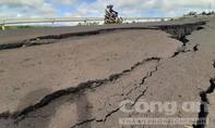 Hình ảnh đường 250 tỷ đồng tan nát như sau động đất