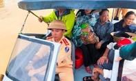 Quảng Trị: Hàng trăm ngôi nhà bị ngập, cảnh sát dùng ca-nô di dời dân