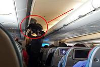 """Bị bắt quả tang trộm tài sản trên máy bay, người đàn ông Trung Quốc vẫn chối """"lem lẻm"""""""