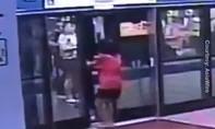 Clip người phụ nữ suýt bị tàu kẹp vì chen lên khi cửa đã đóng