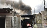 Cháy nhà kho ở Sài Gòn, gió thổi ngọn lửa lan ra xung quanh