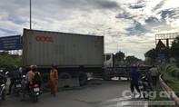 """Xe container """"đại náo"""" trên cầu vượt ở Sài Gòn, ùn tắc kéo dài"""
