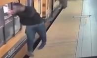 Clip cảnh sát tóm gọn 'nhóm cướp kangaroo', chuyên ra tay khi tàu khởi hành