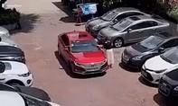 Clip người phụ nữ dùng thước dây đo kích thước chỗ đậu ô tô