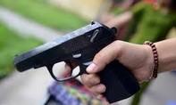 Vợ chở người đến quán nhậu dùng súng bắn chồng trọng thương