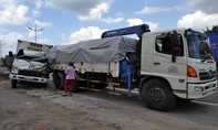 Tài xế xe tải thoát chết sau cú tông vào đuôi xe cẩu ven đường