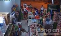 Hai vợ chồng chở hai con nhỏ vào tiệm tạp hóa… trộm túi xách
