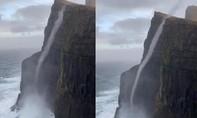 Kỳ lạ dòng nước chảy ngược lên cao 470m
