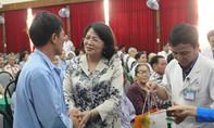 Phó Chủ tịch nước tặng quà Tết cho bệnh nhân ung thư