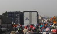 Người dân ùn ùn về quê, giao thông cửa ngõ TP.HCM kẹt xe kéo dài