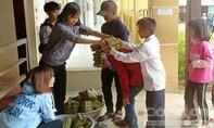 Giáo viên gói bánh chưng tặng học sinh đồng bào dân tộc thiểu số