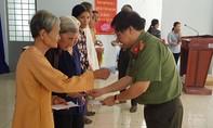 Báo Công an TPHCM trao quà Tết cho người nghèo tại Bến Tre