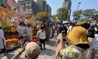 Người dân, du khách đội nắng thưởng ngoạn đường hoa Nguyễn Huệ