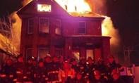 """Lính cứu hỏa bị """"điều tra"""" vì chụp ảnh mừng năm mới trước nhà cháy"""