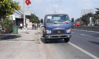 Hai xe tải tranh vượt ở đường cong, người đi xe máy chết thảm