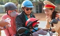 """CSGT Đắk Nông """"đội nắng"""" phát nước, mũ bảo hiểm cho người dân"""