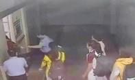 """Cảnh cáo bảo vệ bệnh viện bị """"tố"""" đánh sinh viên khi đi thang máy"""