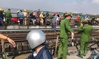 Cha ôm con 7 tháng tuổi ngồi khóc trên cầu Long Biên định tự tử