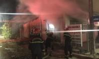 Cháy phòng khám đông y, 1 ô tô và 2 xe máy bị thiêu rụi
