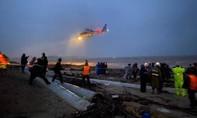 Giành giật với sóng dữ từng giờ cứu 10 người trên tàu gặp nạn ngoài biển