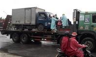 Thừa Thiên – Huế: Nước ngập sâu, người dân thuê ôtô lớn chở qua vùng ngập