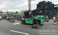 Xe nâng chạy trên đường ở Sài Gòn, tông xe máy làm 1 người chết