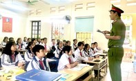 Công an 'đứng lớp' chỉ học sinh cách đối phó khi gặp kẻ biến thái