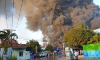 Cháy lớn công ty xử lý chất thải, mùi hôi bay theo khói đi khắp nơi