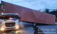 Bình Dương: Thùng container lật đè chết tài xế trong cabin