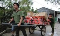 Công an tỉnh Đồng Nai tặng quà đồng bào vùng lũ
