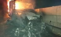 Xe đầu kéo chở gỗ cháy ngùn ngụt, tài xế may mắn thoát nạn