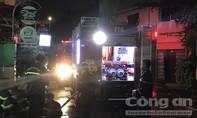 Cảnh sát cứu ba người nước ngoài kẹt trong đám cháy ở Sài Gòn