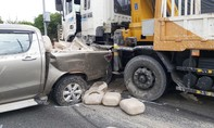 Xe cẩu tông nát xe bán tải chở hóa chất trên cao tốc TPHCM - Trung Lương