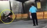 Clip cô gái thi bằng lái xe máy lao cắm đầu vào tường