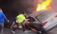Clip cận cảnh giải cứu 2 nạn nhân kẹt trong ôtô cháy dữ dội