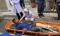 Cảnh sát PCCC cứu người đàn ông gãy chân kẹt trên mái nhà