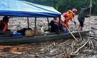 Hình ảnh lực lượng cứu hộ tìm nạn nhân mất tích ở Trà Leng trên sông