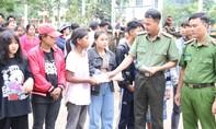 Báo Công an TPHCM tặng quà cứu trợ đồng bào xã biên giới Quảng Bình