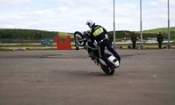 Clip cảnh sát Nga lái mô tô như VĐV chuyên nghiệp