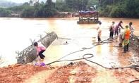 Kon Tum: 2 cầu treo bị cuốn trôi, hàng ngàn người dân gặp khó