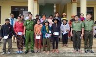 Báo Công an TPHCM trao quà đến đồng bào Quảng Ngãi thiệt hại do bão lũ