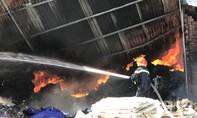 Kho phế liệu và kho hoá chất bốc cháy ngùn ngụt ở Bình Dương