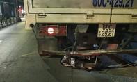 Xe máy chui vào gầm đuôi xe tải, thanh niên nguy kịch