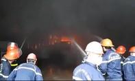 Hơn 130 CBCS dập lửa tại kho hàng chứa nhiều loại hoá chất